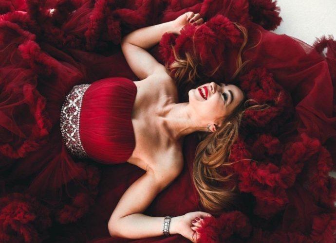 Бордовый цвет в одежде: психология, сочетание в одежде